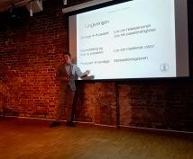 Veileder Arne Lund presenterte Nedd og Sindre sin masteroppgave.